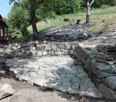 Kamenná zídka s posezením a výsadbou ve stínu starých stromů